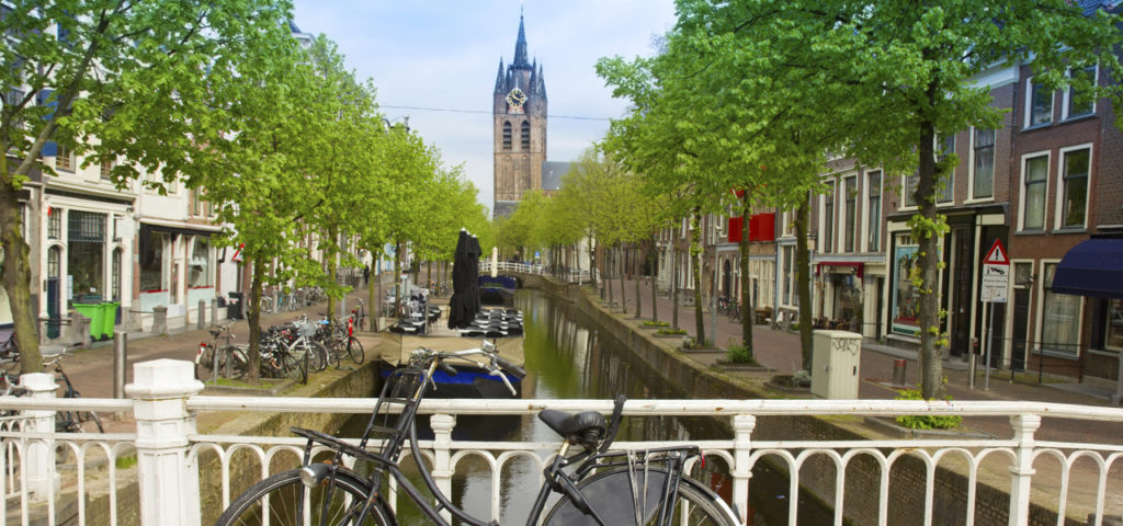 Fietsen over de grachten in Delft - Westcord Hotels